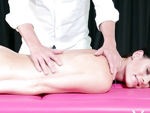 Hot Body Girl Gets A Perfect Arousing Massage